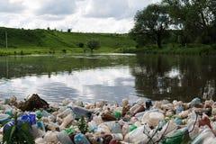 Zanieczyszczenie jezioro, świeża woda Plastikowy grat, brudzi odpady na plaży na letnim dniu piękna natura i peoplelessness zdjęcie stock
