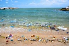 Zanieczyszczenie na plaży tropikalny morze fotografia royalty free