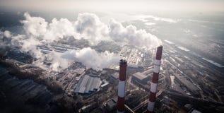 Zanieczyszczenie powietrza dymnym przybyciem z dwa fabrycznych kominów widok z lotu ptaka Obraz Stock