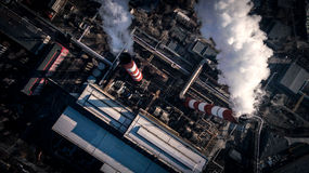 Zanieczyszczenie powietrza dymnym przybyciem z dwa fabrycznych kominów widok z lotu ptaka Obrazy Royalty Free