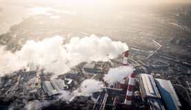 Zanieczyszczenie powietrza dymnym przybyciem z dwa fabrycznych kominów widok z lotu ptaka Fotografia Stock