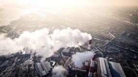 Zanieczyszczenie powietrza dymnym przybyciem z dwa fabrycznych kominów widok z lotu ptaka Obrazy Stock