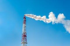 Zanieczyszczenie powietrza kominowa fabryka z dymem przeciw niebieskiemu niebu Fotografia Royalty Free