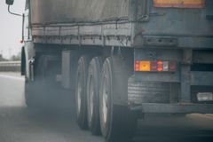 Zanieczyszczenie powietrza od ciężarowego pojazdu wydmuchowej drymby na drodze Zdjęcia Royalty Free