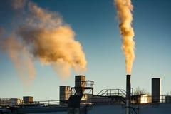 Zanieczyszczenie Powietrza od smokestack fabryka Zdjęcia Stock