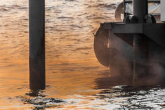 Zanieczyszczenie powietrza, pył, dymi wysyłanego łodzią w Tajlandia Zdjęcia Royalty Free