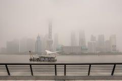Zanieczyszczenie Powietrza, wieżowowie okrywający w ciężkim smogu, Bund Szanghaj Zdjęcia Royalty Free