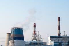 Zanieczyszczenie ?rodowiska elektrownia Energetyczny elektryczny bezpiecze?stwo i ekologia obraz stock