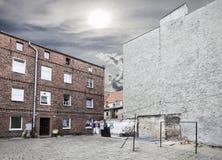 Zaniedbany podwórko z osuszką odziewa w chmurnym dniu zdjęcie stock