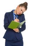 Zaniepokojona biznesowa kobieta opowiada telefon komórkowego Zdjęcie Royalty Free