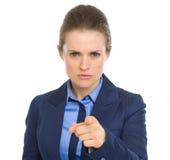 Zaniepokojona biznesowa kobieta wskazuje w kamerze Fotografia Stock