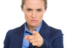 Zaniepokojona biznesowa kobieta wskazuje w kamerze Obraz Royalty Free