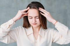 Zaniepokojona fachowa koncentracyjna młoda kobieta zdjęcia royalty free