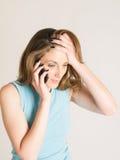 Zaniepokojona kobieta na telefonie Fotografia Royalty Free