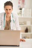 Zaniepokojona lekarz medycyny kobieta z laptopem Zdjęcia Royalty Free