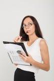 Zaniepokojonej brunetki biznesowa dama z papierowej klamerki deską Fotografia Stock