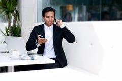 Zaniepokojony biznesmen otrzymywał złą wiadomość ma mądrze rozmowę telefoniczną Obraz Royalty Free