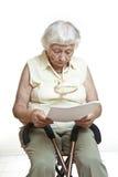 zaniepokojony listowy czytelniczy senior zdjęcie royalty free