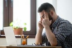 Zaniepokojony męski główkowanie o problemowym rozwiązaniu zdjęcie stock