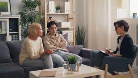 Zaniepokojony macierzysty opowiadać psycholog o związku z nastoletnim synem