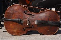 Zanim koncert orkiestra zbiera wiolonczela jest na ziemi obraz stock