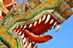 Zanne bianche e pezzi colorati dello specchio della scultura del naga Immagini Stock