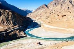 Zanskar和印度斯河和美丽的山合流  Leh, Ladakh,印度 免版税库存图片