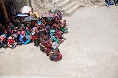 ZANSKAR, ÍNDIA - 15 DE JULHO DE 2015: Audiências intitulados que esperam Foto de Stock Royalty Free