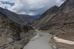 Zanskar flod som flödar till och med den Zanskar klyftan i Leh, Ladakh Arkivfoto