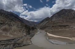 Zanskar flod som flödar till och med den Zanskar klyftan i Leh, Ladakh, Indien, Asien Royaltyfri Fotografi