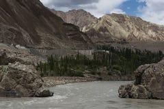 Zanskar flod som flödar till och med klyftan i ladakhlandskap Arkivfoto