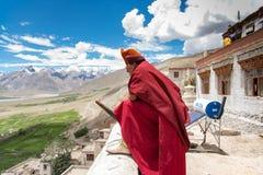 ZANSKAR, INDIA - JULI 15, 2015: Lama die zonder titel op mysti wachten Stock Foto