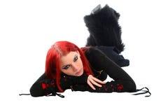 Zanudzająca czerwona włosiana dziewczyna na podłoga. Fotografia Stock