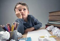 Zanudzająca i nakarmoina chłopiec up robi jego pracie domowej