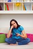 Zanudzająca kobieta ogląda tv Zdjęcie Stock