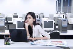Zanudzająca kobieta pracuje z laptopem fotografia stock