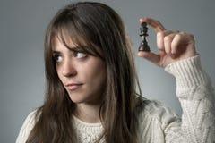 Zanudzająca kobieta z Szachowym kawałkiem Zdjęcie Royalty Free