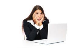 Zanudzająca laptop kobieta przy pracą Zdjęcia Royalty Free