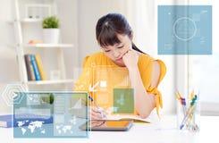 Zanudzający azjatykci kobieta uczeń z pastylka komputerem osobistym w domu obraz royalty free