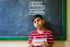 Zanudzający I Deprymujący Młody uczeń Z książkami Przy szkołą obraz royalty free
