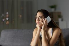 Zanudzający kobiety czekanie podczas rozmowy telefonicza obrazy royalty free