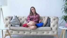 Zanudzający kobiety obsiadanie na kanapie tv i dopatrywaniu w domu zbiory wideo