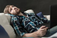 Zanudzający mężczyzna z laptopem Obraz Stock