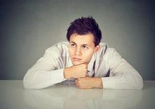 Zanudzający młodego człowieka rojenie pokazuje żadny interes Zdjęcie Stock