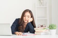 Zanudzający młody Azjatycki kobiety działanie obrazy stock