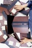 Zanudzający studencki dosypianie na laptopie z książkami Obraz Royalty Free