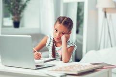 Zanudzający znużony mały zawodzący amerykanina dziecko robi lekcjom fotografia stock