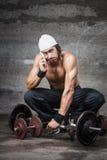 Zanudzający bodybuilder opowiada na telefonie Obraz Royalty Free