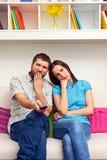 Zanudzająca para ogląda TV Obraz Stock