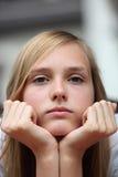 Zanudzająca młoda dziewczyna gapi się przy kamerą Zdjęcia Stock